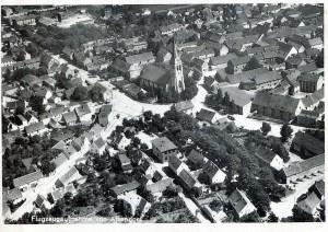 Ortszentrum mit Kirche in einer Luftaufnahme von 1931